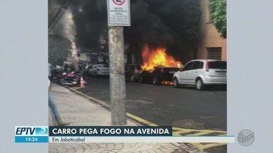 Carro pega fogo em rua de Jaboticabal, SP - Fogo começou após uma pane elétrica no veículo. Corpo de Bombeiros controlou as chamas e ninguém ficou ferido.