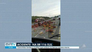 Mulher morre em acidente envolvendo um caminhão na BR 116-sul - Ela estava no banco do carona do carro que bateu de frente com o veículo maior.