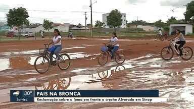 Pais reclamam sobre a lama em frente a creche Alvorada em Sinop - Pais reclamam sobre a lama em frente a creche Alvorada em Sinop