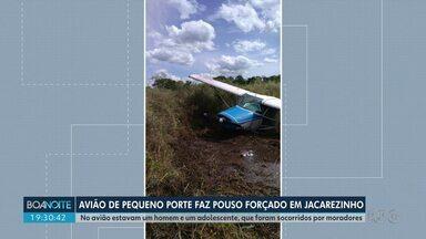 Avião faz pouso forçado em Jacarezinho - Aeronave de pequeno porte foi encontrada no meio de uma plantação. Ocupantes tiveram ferimentos leves