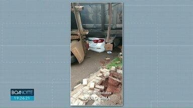 Cinco acidentes são registrados em um hora em Cascavel - Na cidade de Céu Azul uma carreta tombou em cima de um carro.