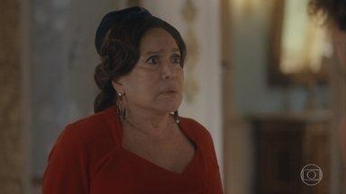 Emília manda Alfredo embora e repreende Adelaide - Adelaide enfrenta a mãe, que perde as estribeiras e dá um tapa na filha