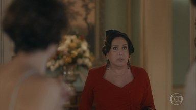 Emília flagra Alfredo e Adelaide se beijando - Ela volta para casa um pouco mais cedo do que o planejado e os surpreende