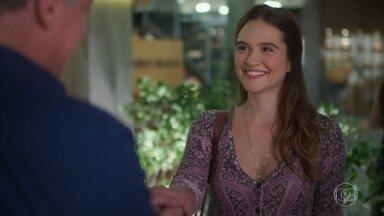 Baggio contrata Luna como garçonete do Empório - A jovem planeja surpreender Helena