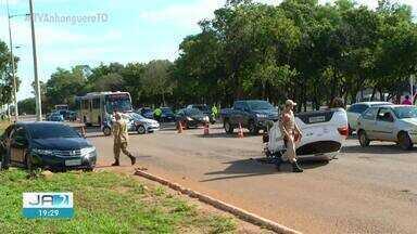 Acidente em cruzamento deixa uma pessoa ferida na Avenida Teotônio Segurado - Acidente em cruzamento deixa uma pessoa ferida na Avenida Teotônio Segurado