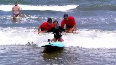 Jovem com paralisia cerebral é inspiração para escola de surfe adaptado em Santos (SP) - O Raphael encontrou a vida dentro do mar. O esporte funcionou muito bem para a melhora dele, além de complementar as duas cirurgias feitas ao longo dos últimos dez anos.