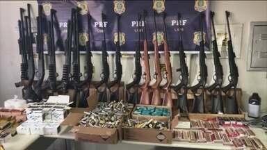 Polícia Rodoviária Federal apreende 54 armas em Minas Gerais - Foi a maior apreensão feita pela PRF no estado. Além das armas, os policiais também encontraram 15 mil munições de vários calibres.