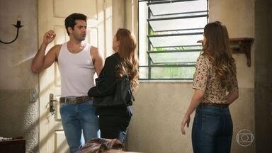 Zezinho confronta Alexia e a questiona sobre emprego - Alexia fica nervosa com questionamentos de Zezinho e Ermelinda