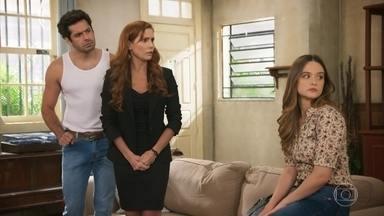 Zezinho segue questionando emprego novo de Alexia - Luna ajuda a amiga a despistar o rapaz