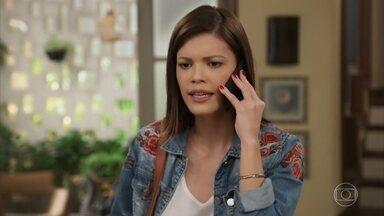 Kyra liga para Alexia pedindo ajuda para despistar Petra - Zezinho decide acompanhar a atriz até o local de seu novo emprego