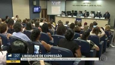 Evento na Emerj debate a liberdade de expressão - Juristas, religiosos, artistas e jornalistas se reuniram neste segunda-feira (17) na Escola da Magistratura do Rio de Janeiro para conversar sobre liberdade de expressão. A ideia do encontro surgiu depois do ataque à sede de uma produtora.