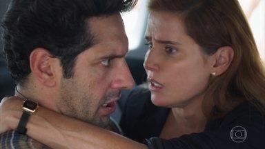 Alexia/Josimara se acidenta na rua e Renzo se oferece para levá-la ao hospital com Zezinho - A atriz faz de tudo para não ser reconhecida pelo sobrinho de Dominique