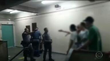 Vídeo mostra PMs agredindo dois jovens dentro de escola na Zona Oeste de São Paulo - Vídeos publicados em redes sociais mostram policiais militares agredindo alunos dentro de uma escola pública, na noite de terça-feira (18), em São Paulo.