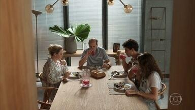 Meg e Guga têm um impasse por causa de Max e Regina - Guga afirma que o pai precisa tomar um rumo na vida e arrumar um emprego. Meg pede que o amigo tenha mais carinho e compreensão com o pai
