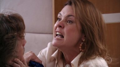 Capítulo de 24/02/2020 - Após flagra, Carminha transtornada discute com Max e Nina. Tufão se culpa pelo estado de Carminha. Depois de bater com o carro, Carminha se embriaga e acaba no lixão. Tufão, avisado por Lucinda, resgata Carminha. Nilo vai a casa de Tufão e Murici estranha a maneira com que ele fala com Nina. Nilo diz à Carminha que Nina ficou com o dinheiro do sequestro dela.