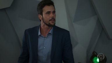 Rafael se desespera com o roubo na empresa - Renatinha culpa Rafael por ter confiado as finanças da empresa nas mãos de Gomes. Nervoso, o empresário volta a ter sinais de TOC e deixa Renatinha preocupada