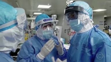 Número de casos do novo coronavírus é maior fora da China do que no país - Segundo a OMS, pela primeira vez, o número é maior fora do país onde o surto começou. Fora da China, o país com mais mortes é o Irã: 19.