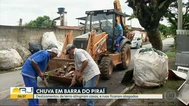 Deslizamentos de terra atingem casas em Barra do Piraí - Chuva também alagou ruas na cidade.