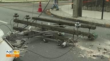 Caminhonete derruba poste na Avenida Rui Barbosa, no Recife - Veículo que provocou o acidente é da Secretaria de Saúde de Santa Cruz do Capibaribe, no Agreste.