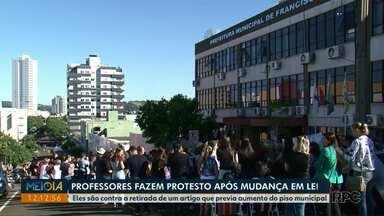 Professores fazem protesto após mudança em lei municipal de Francisco Beltrão - Eles são contra a retirada de um artigo que previa aumento do piso municipal.
