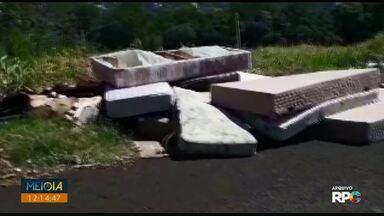 Pessoa que descartou colchões em terreno da Vila Portes é multada - Secretaria de Fazenda conseguiu identificar o motorista após denúncia.