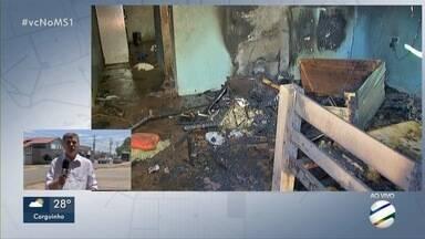 Incêndio destrói casa no Jardim Anache, em Campo Grande - Segundo Bombeiros, fogo pode ter começado em tomada.