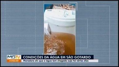 Moradores de São Gotardo reclamam da qualidade da água potável recebida em casa - Imagens registradas por moradora mostra a água muito suja. Segundo ela, há mais de um mês a situação ocorre.