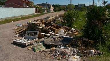 Lixo é descartado de forma irregular em bairros de Pelotas - Moradores reclamam da sujeira em diferentes locais da cidade. Prefeitura realiza mutirões para amenizar situação.