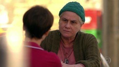 Lucinda pergunta o que Nina está fazendo com Carminha - Nina diz que Lucinda não pode defender Carminha