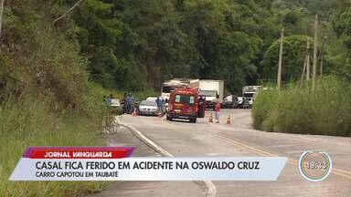 Casal fica ferido após capotar carro na Oswaldo Cruz em Taubaté - Segundo PRE, eles seguiam pelo trecho do km 9, quando motorista perdeu o controle.