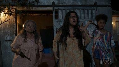 Dona Maria, Lurdes e Camila enfrentam os irmãos de Jandir - As três não se intimidam e conseguem expulsar os irmãos