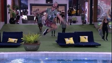 Daniel e Ivy comemoram e pulam na piscina - Daniel e Ivy comemoram e pulam na piscina