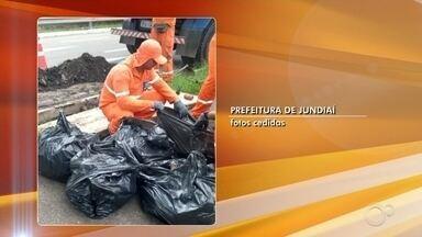 Equipes de serviços fazem limpeza de bocas de lobo em Jundiaí - Equipes de serviços estão fazendo a limpeza das bocas de lobo em Jundiaí (SP) e diversos objetos estão sendo encontrados.