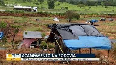 Mais de 300 famílias ocupam área às margens da BR-060, em Anápolis - Uma construtora é dona de parte do terreno, e mesmo com pedido de reintegração de posse os ocupantes afirmam não deixar a área.