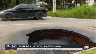 Moradores reclamam de buraco que se abriu em rua de Varginha, MG - Buraco se abriu no momento em que carro passava