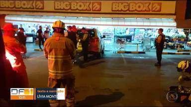 Motorista atropelou quatro pessoas em estacionamento de supermercado - Acidente foi na QI 23 no Lago Sul.
