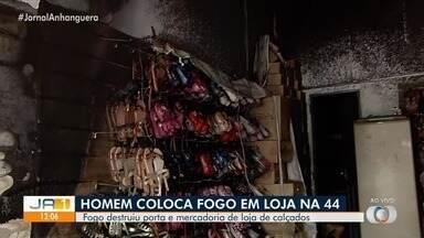 Incêndio destrói lojas na região da Rua 44 em Goiânia - Comércio de calçados ficou completamente destruído pelo fogo.