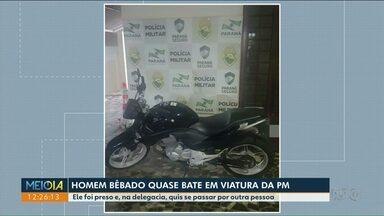 Homem é preso em Cianorte depois de quase bater moto em carro da polícia - De acordo com a polícia, o homem estava bêbado.