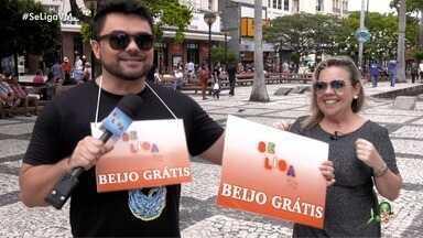 Daniel VIana encontra Verônica Sobreira e mostra novo sucesso da banda Pimenta Malagueta - Papo tem direito a caldo de mocotó para recuperar as energias do carnaval e muitos beijos com a galera nas ruas