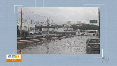 Sábado começa com chuvas não previstas e causa transtornos em Aracaju - De acordo com a Defesa Civil da capital, em apenas uma hora, foram registrados acumulados de 50 milímetros na Zona Sul, 10.2 milímetros na Zona Norte e 19.4 milímetros na Região do Centro.