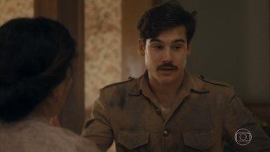 Alfredo volta para casa, e Lola e Isabel comemoram - Ele diz que precisa fazer uma coisa pelo Tião antes de tomar um banho e comer a galinhada de Lola