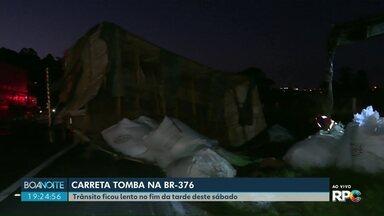 Carreta tomba na BR-376, em Ponta Grossa - Trânsito ficou lento no fim da tarde e começo da noite de sábado.