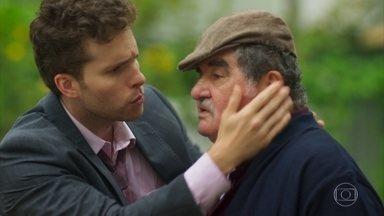 Alan encontra Ignácio - O rapaz chega a tempo de salvar o avô de Alexia