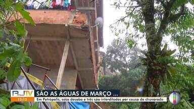 Casa desaba e três imóveis são interditados após chuvas em Petrópolis, no RJ - Caso aconteceu na Rua Cacilda Becker, no bairro Alto Independência. Segundo o Corpo de Bombeiros, ninguém ficou ferido.