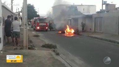 Ambulância fica destruída após pegar fogo em Vitória da Conquista - Veículo pertencia ao Hospital Geral de Vitória da Conquista.
