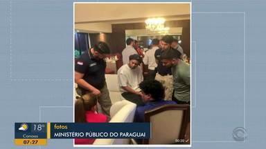 Ronaldinho Gaúcho é investigado por posse de passaporte falso no Paraguai - Ex-jogador e irmão passaram a noite sob custódia em hotel em Assunção.