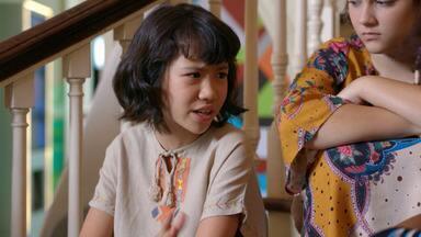 Não Conta Para Ninguém - Isaac conta para Otto que está voltando do Japão, mas pede segredo ao amigo. Enquanto isso, Zazá mostra, em sigilo, para Margot o espaço onde vai construir seu QG de astronauta.