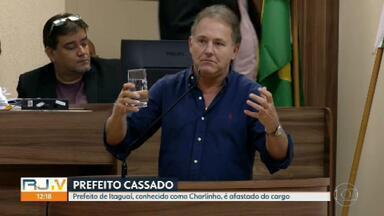 Prefeito de Itaguaí, conhecido como Charlinho, é afastado por acusação de nepotismo - Depois de uma longa sessão, vereadores aprovaram a saída do prefeito Charlinho, do MDB, e do vice dele, Abelardo Goulart, sem partido. Eles são acusados de nepotismo.