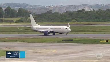 'Permanecemos algemados nos pés e nas mãos', diz uma das brasileiras deportadas dos EUA - A maioria dos 55 brasileiros deportados dos Estados Unidos que chegaram nesta sexta-feira (6) no Aeroporto Internacional de Belo Horizonte, em Confins, na região metropolitana, chegou algemada.