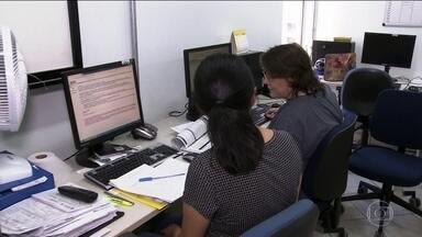 Secretaria da Saúde de SP monitora casos suspeitos do novo coronavírus pelo telefone - Pelo menos cem funcionários acompanham os passos de quem teve contato com pacientes infectados pelo Covid-19. Ligações são diárias e se repetem por 14 dias.